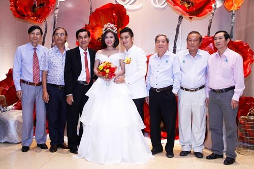 Vợ chồng Vân Trang liên tục 'khóa môi' trong tiệc cưới - 10