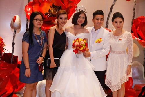 Tường Vi nổi bật trong dàn sao dự tiệc cưới Vân Trang - 12