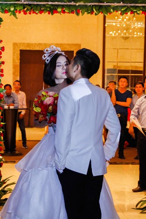 Vợ chồng Vân Trang liên tục 'khóa môi' trong tiệc cưới - 12