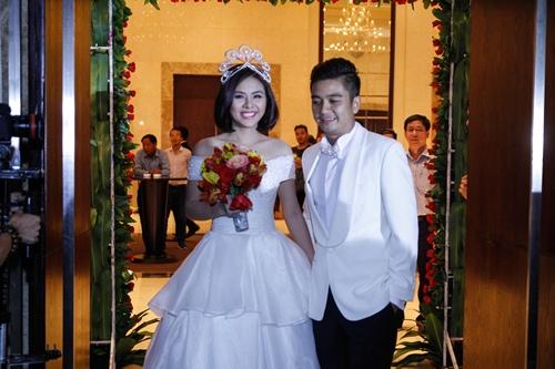 Vợ chồng Vân Trang liên tục 'khóa môi' trong tiệc cưới - 13