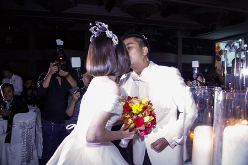 Vợ chồng Vân Trang liên tục 'khóa môi' trong tiệc cưới - 14