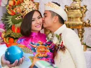 Vân Trang được tặng quả cầu thủy tinh trong lễ rước dâu