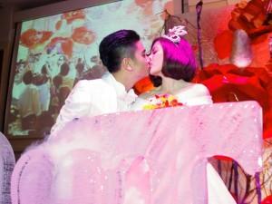 Vợ chồng Vân Trang liên tục 'khóa môi' trong tiệc cưới