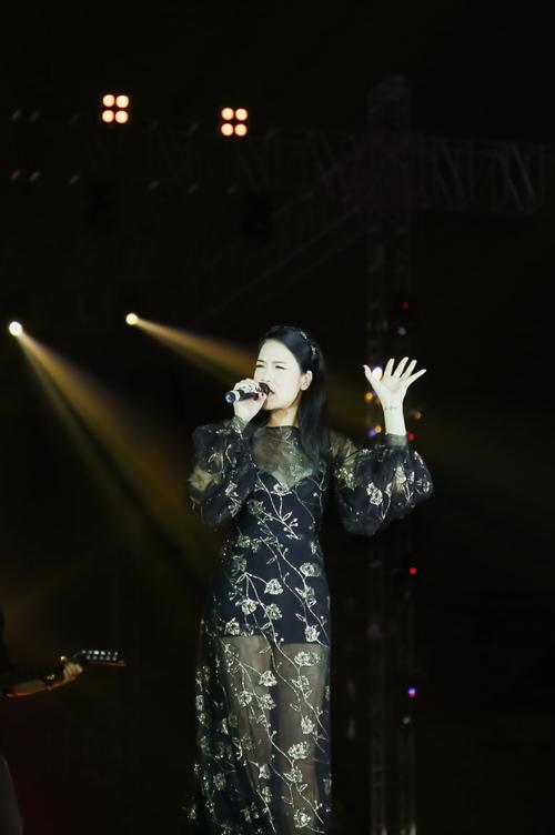 Thu Phương xúc động ôm chầm Sơn Tùng trên sân khấu - 3