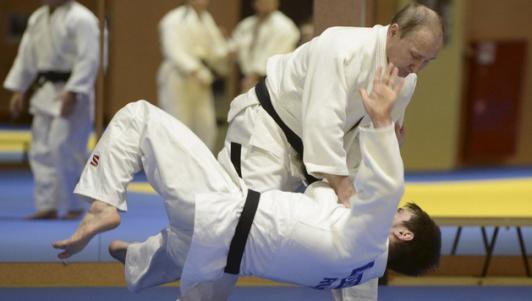 """Video Putin """"quật ngã"""" nhà vô địch judo Olympic"""