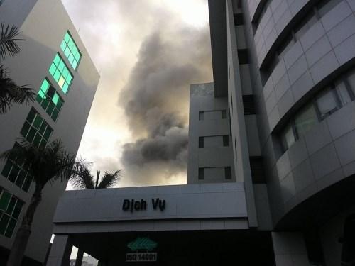 Cháy Toyota Mỹ Đình, hàng chục người tháo chạy - 1