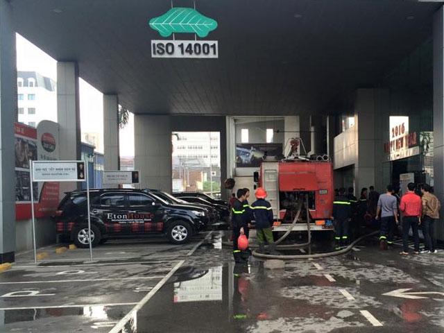 Cháy Toyota Mỹ Đình, hàng chục người tháo chạy - 5