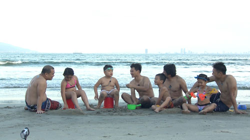 Bố con Xuân Bắc khoe 'bụng bự' giữa biển Đà Nẵng - 3