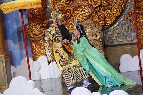Vợ chồng 'hoa hậu hài' hôn nhau đắm đuối trên sân khấu - 1