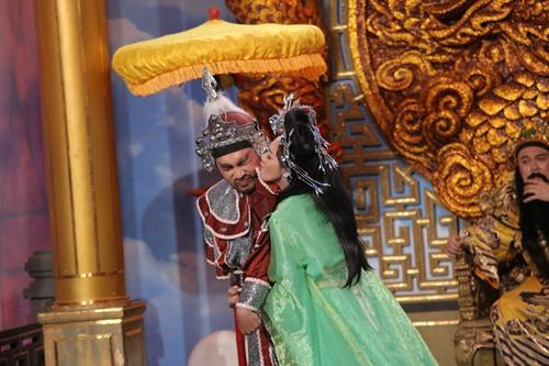 Vợ chồng 'hoa hậu hài' hôn nhau đắm đuối trên sân khấu - 3