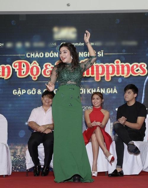 Sao 'Cô dâu 8 tuổi' múa hát chiêu đãi fan Việt - 4