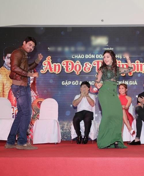Sao 'Cô dâu 8 tuổi' múa hát chiêu đãi fan Việt - 5