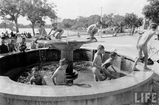 Đài phun nước Bờ Hồ: Từ bãi dừa đến... đài hoa lạ - 4