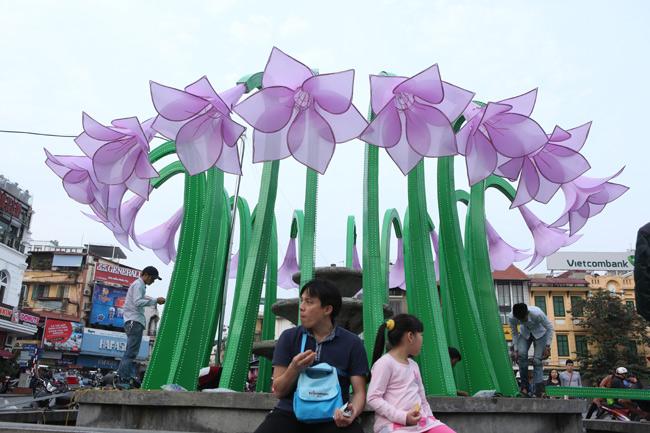 Đã tháo dỡ hoa trang trí ở đài phun nước hồ Hoàn Kiếm - 6