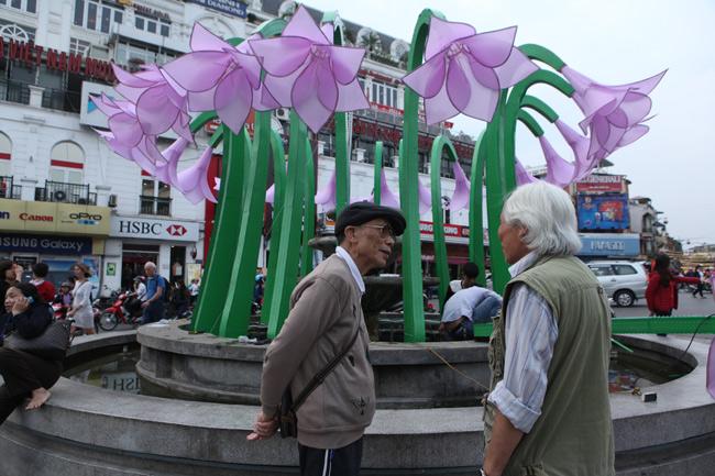 Đã tháo dỡ hoa trang trí ở đài phun nước hồ Hoàn Kiếm - 7