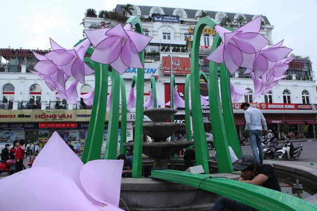 Đã tháo dỡ hoa trang trí ở đài phun nước hồ Hoàn Kiếm - 10