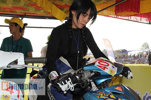 Cô thợ may xinh đẹp giành Á quân giải đua mô tô Việt - 2