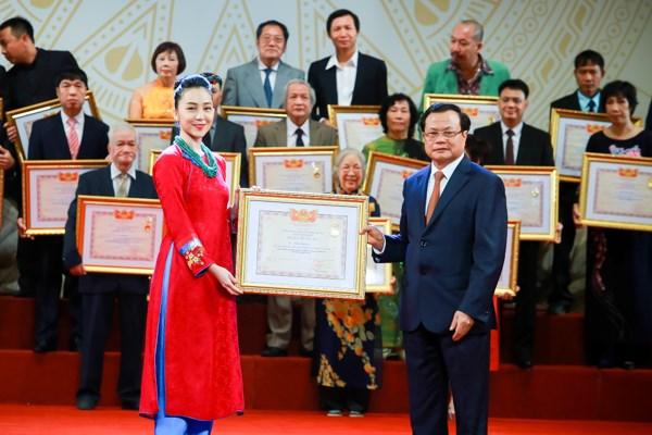 Hoài Linh, Xuân Bắc rạng rỡ nhận danh hiệu Nghệ sĩ ưu tú - 3