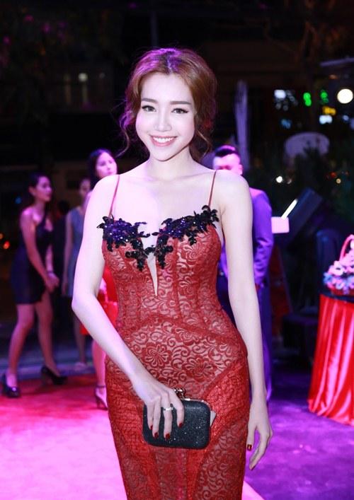 Elly Trần khoe dáng nuột nà sau khi sinh con 2 tháng - 1
