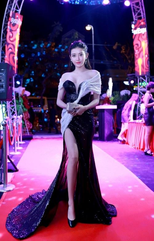 Elly Trần khoe dáng nuột nà sau khi sinh con 2 tháng - 4