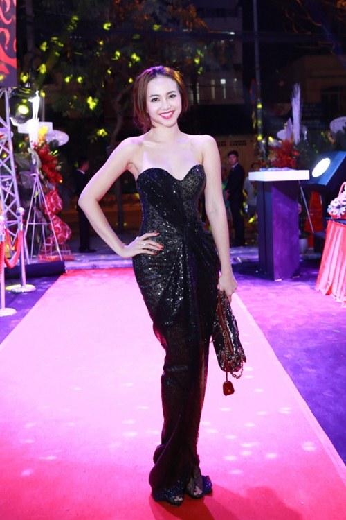 Elly Trần khoe dáng nuột nà sau khi sinh con 2 tháng - 6