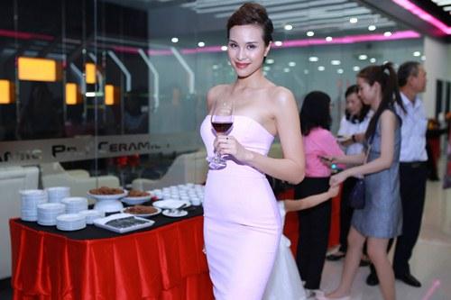 Elly Trần khoe dáng nuột nà sau khi sinh con 2 tháng - 11