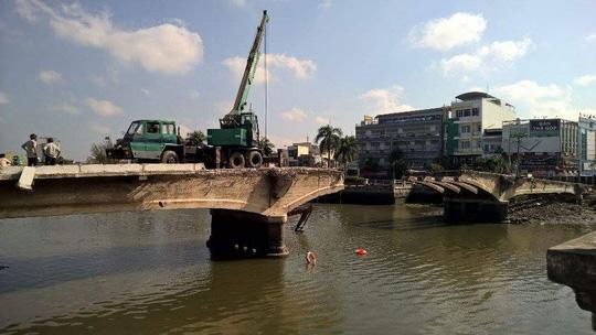 Xe cẩu rớt sông khi đang tháo dỡ cầu Đúc Tân An - 1