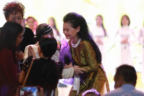 Khánh Ly bị khán giả Hà Nội vây kín sau đêm diễn - 1