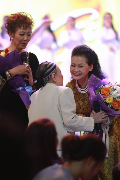 Khánh Ly bị khán giả Hà Nội vây kín sau đêm diễn - 2