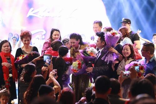 Khánh Ly bị khán giả Hà Nội vây kín sau đêm diễn - 3