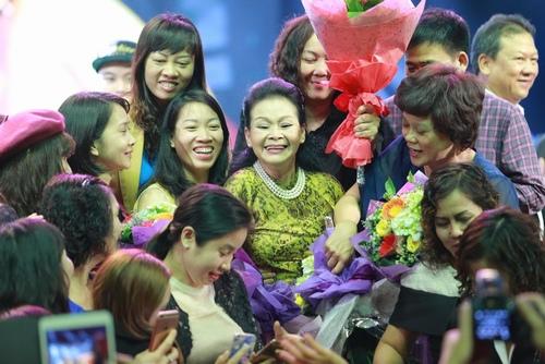 Khánh Ly bị khán giả Hà Nội vây kín sau đêm diễn - 5