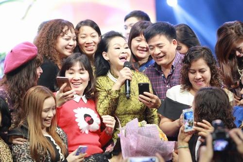 Khánh Ly bị khán giả Hà Nội vây kín sau đêm diễn - 6