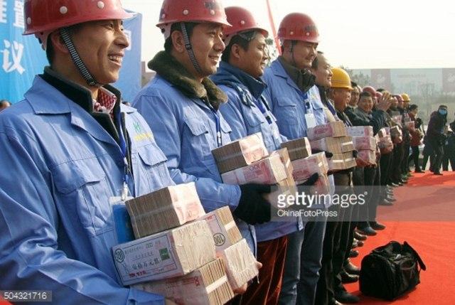 """TQ: Chất tiền thành """"núi"""" thưởng Tết công nhân - 3"""