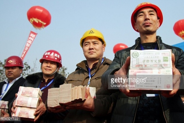 """TQ: Chất tiền thành """"núi"""" thưởng Tết công nhân - 4"""