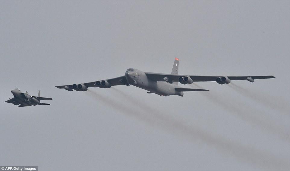 """Xem """"pháo đài bay"""" B-52 Mỹ lượn gần biên giới Triều Tiên - 2"""
