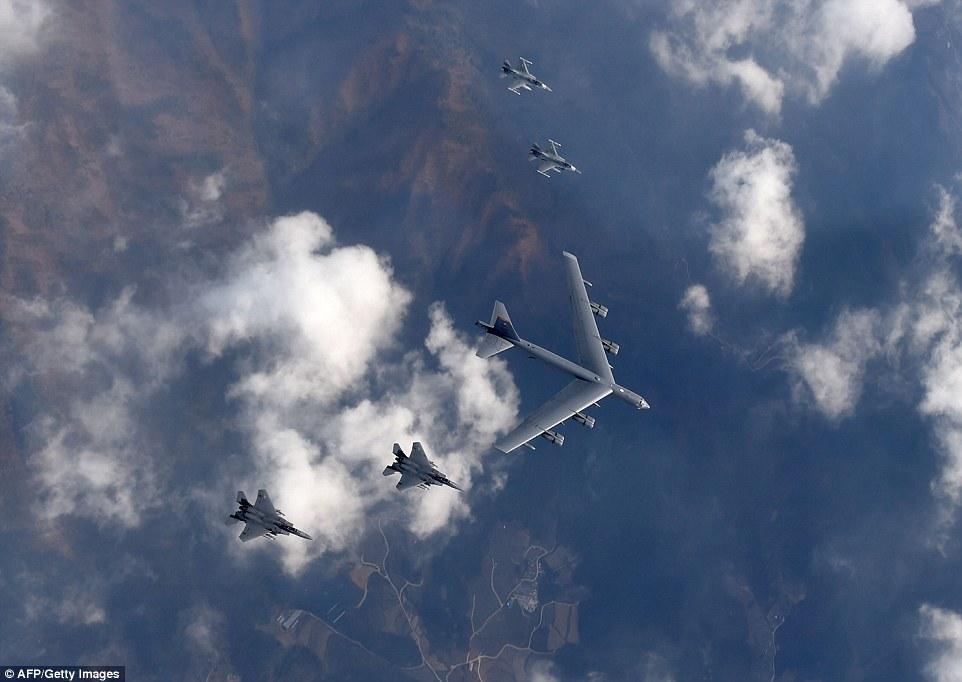 """Xem """"pháo đài bay"""" B-52 Mỹ lượn gần biên giới Triều Tiên - 6"""