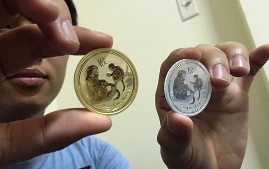 Đồng xu mạ vàng in hình khỉ giá 3 triệu đồng - 1