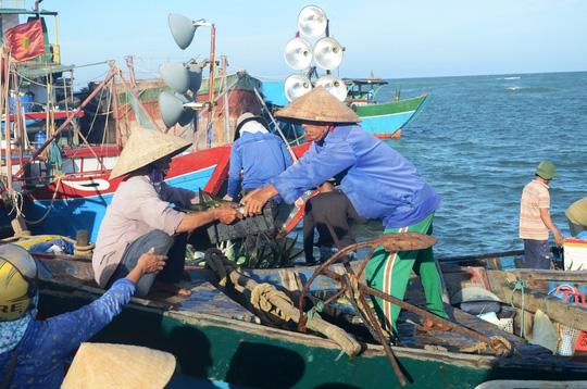 Tàu Trung Quốc bao vây phá ngư cụ tàu cá Việt Nam - 1