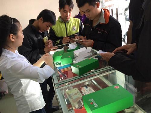 Hàng trăm người đội rét mua điện thoại Arbutus AR5 ưu đãi - 1