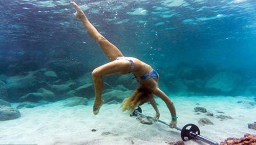 Tập thể thao dưới đáy biển - 1