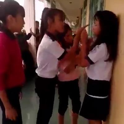 4 nữ sinh đánh bạn học dã man ngay tại trường - 2