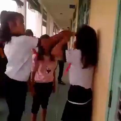 4 nữ sinh đánh bạn học dã man ngay tại trường - 3
