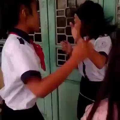4 nữ sinh đánh bạn học dã man ngay tại trường - 1
