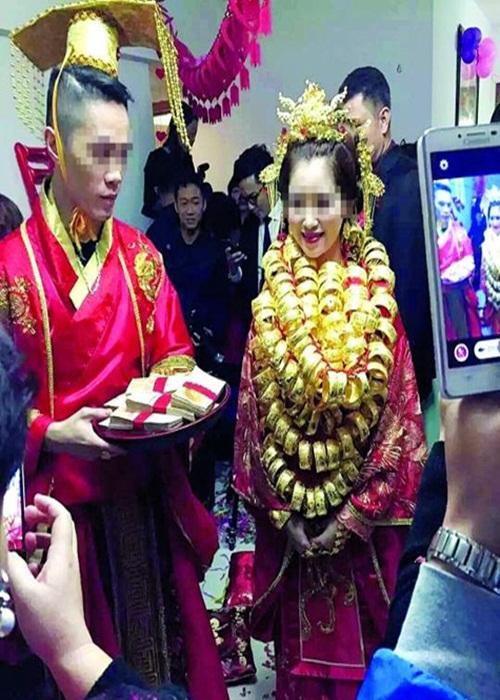 Cô dâu trĩu cổ vì đeo gần 10kg vàng trong đám cưới - 1