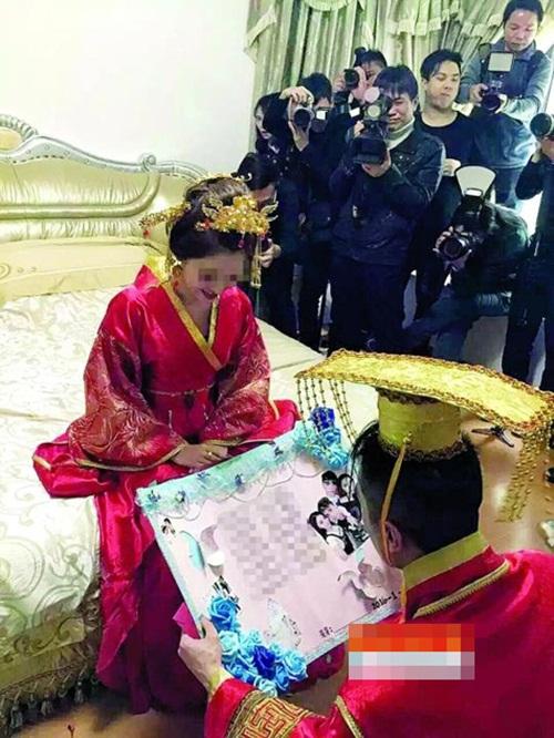 Cô dâu trĩu cổ vì đeo gần 10kg vàng trong đám cưới - 3