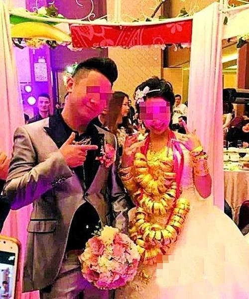 Cô dâu trĩu cổ vì đeo gần 10kg vàng trong đám cưới - 5
