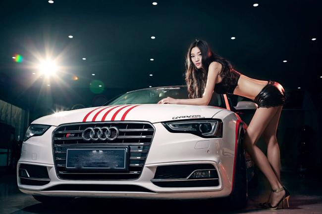 """Tan chảy trước nang thơ  """" sexy """"  bên Audi S5"""