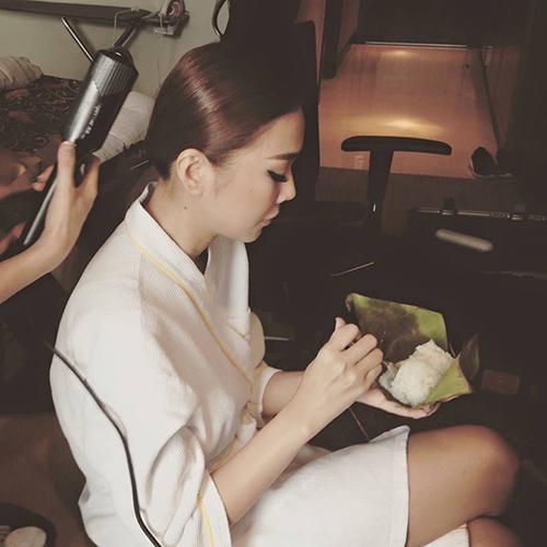 'Chộp' khoảnh khắc mỹ nhân Việt 'ăn nhanh, uống vội' - 2