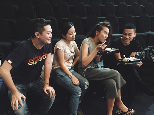 'Chộp' khoảnh khắc mỹ nhân Việt 'ăn nhanh, uống vội' - 3