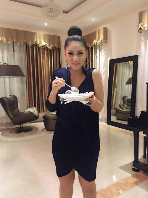 'Chộp' khoảnh khắc mỹ nhân Việt 'ăn nhanh, uống vội' - 8